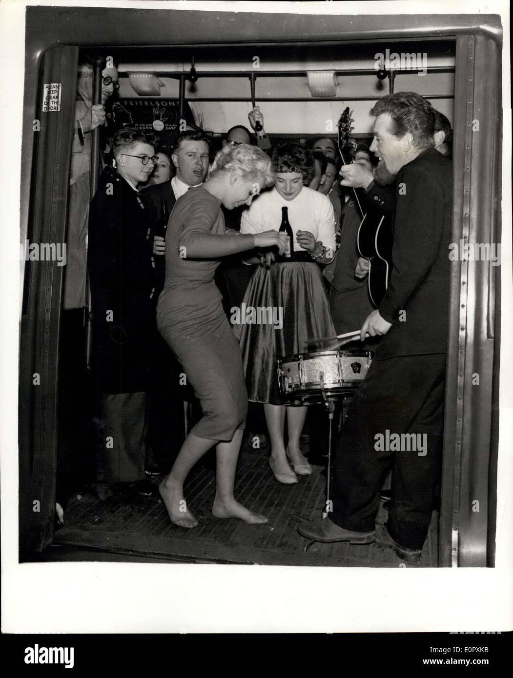 12 avril 1957 - le plus fantastique des parties sur un train de tube. L'honorable Gerald Lascelles Rockin ' va le smart set est allé sous terre la nuit dernière et secoue sans arrêt autour du cercle intérieur route de Charing Cross à Charing Cross. Il skiffled et bercé leur voie par Euston, Kings Cross, Farringdon, et Edgware road,-et le prix de la tour ronde a été deux shillings. C'est ce que chacune des 75 personnes - y compris le cousin de la Reine, l'honorable Gerald Lascelles, payé leurs billets Photo Stock