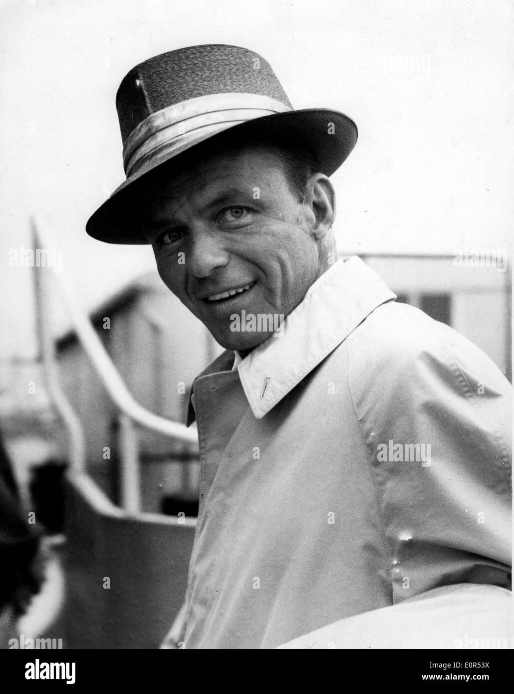 Close-up of Frank Sinatra comme il arrive à l'aéroport de Heathrow Photo Stock