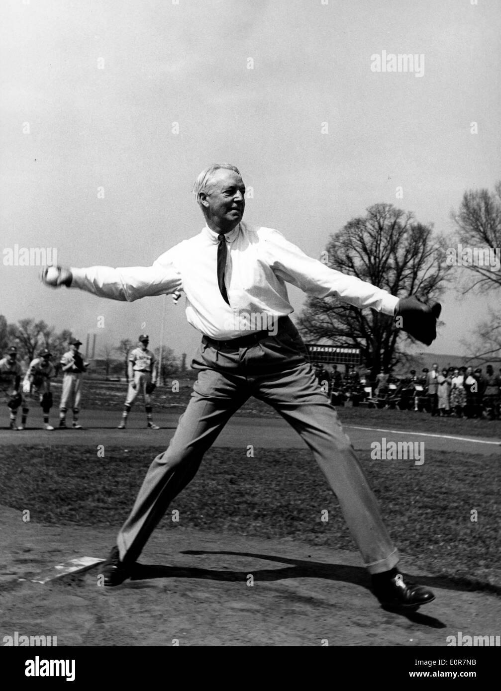 David K. E. Bruce jeter le premier lancer à un jeu de base-ball Banque D'Images