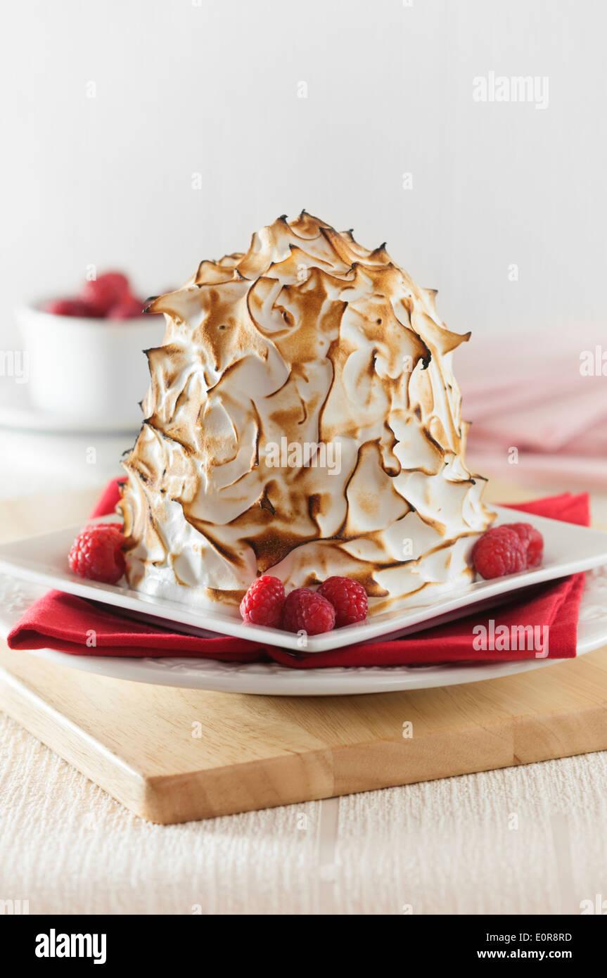 Omelette norvégienne. La crème glacée et de dessert de meringue Photo Stock