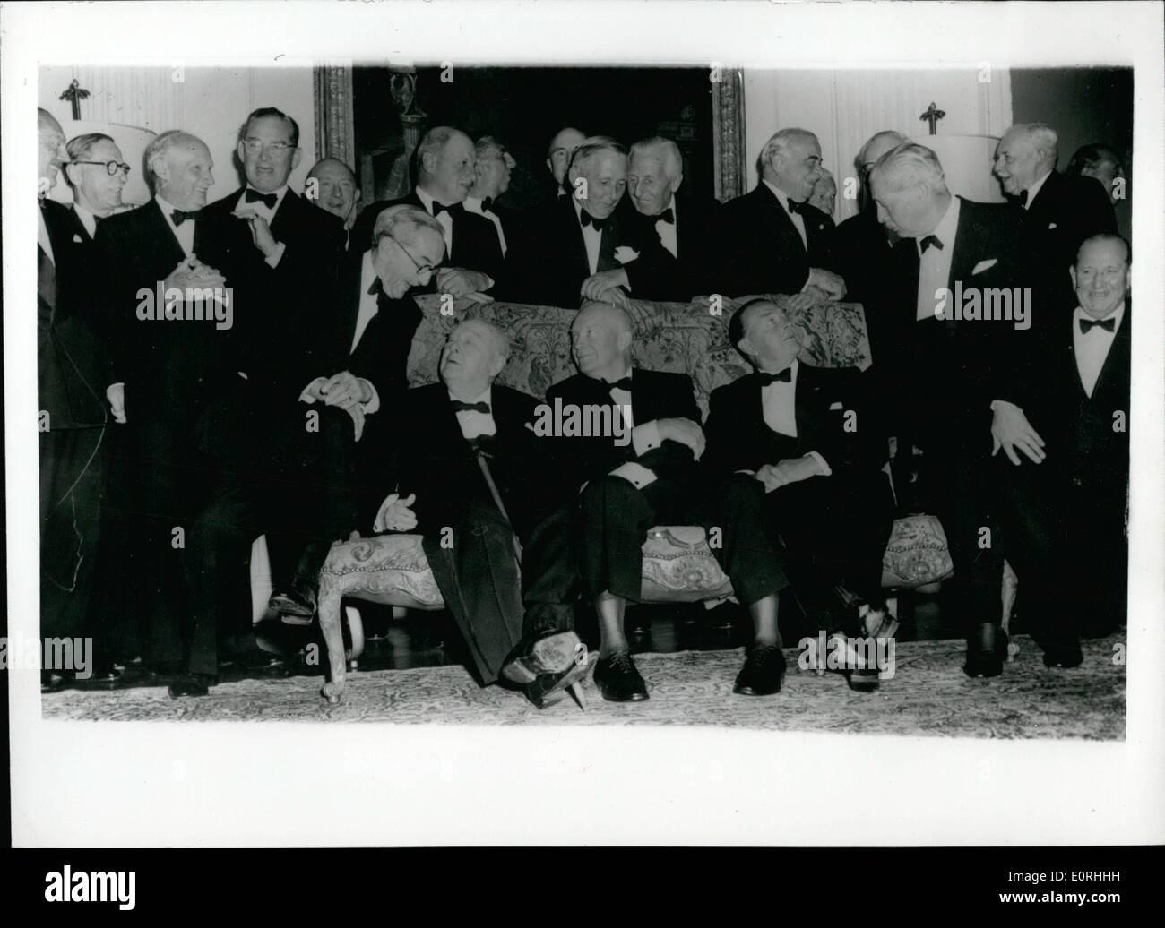 Septembre 09, 1959 - Le président Eisenhower's Loi des camarades rendez son parti à Winfield House: Les hommes dont les noms sont devenus des légendes durant la Seconde Guerre mondiale- ont été invités à le président Eisenhower's party qui a eu lieu hier soir à Winfield House, Regent's Park - résidence de l'ambassadeur américain à Londres. Photo: montre certaines des personnalités célèbres à la fête - sur le canapé -Vicomte Alanbrooke Field Marshall parle à sir Winston Churchill; avec le président Eisenhower dans le centre et le maréchal comte Alexander - assis sur le bras à droite, M. Harold Macmillian Photo Stock