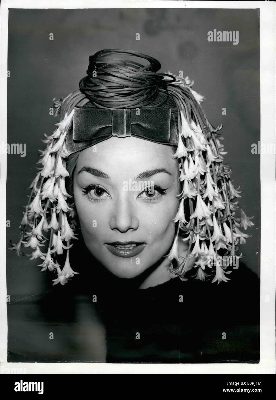 Novembre 11, 1959 - Nouveau Hat Styles sur Show à Londres ''Water Nymph'': la vingt-neuvième collection de chapeaux de modèle - était affiché ce matin par la Guilde de la chapellerie, à l'Hôtel Dorchester. Photo montre eve Lucette ''modèles nymphe de l'eau'' - conçu par Oliver Niblett. C'est une pilule-box boîte avec des sentiers de l'étape~~notis - qui rappelle d'un couvre-chef égyptien. Photo Stock