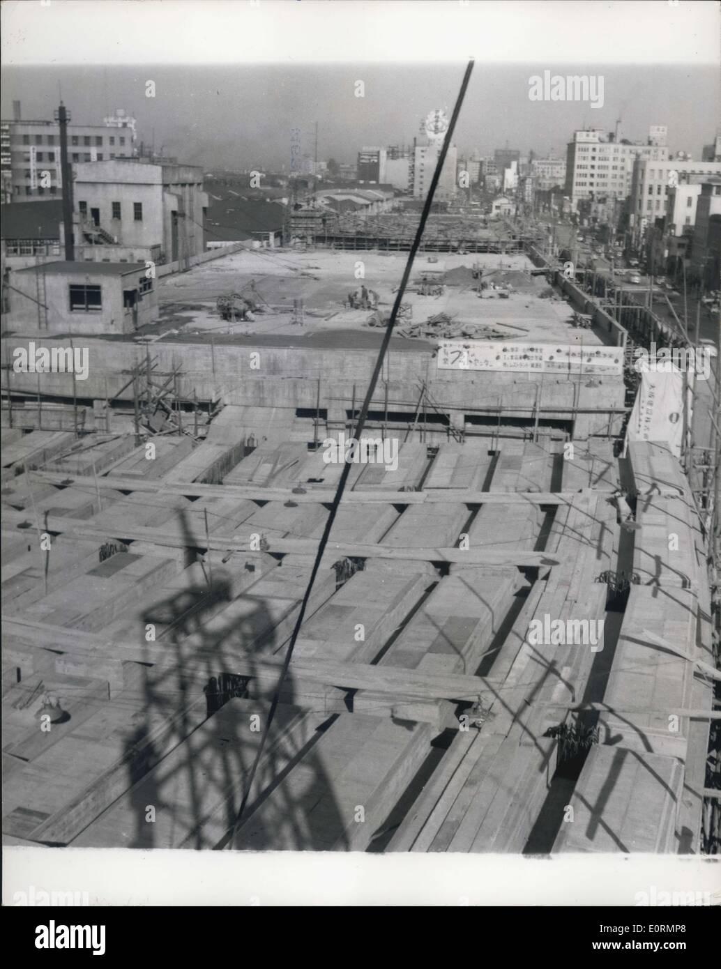01 janvier, 1960 - Un des derniers articles à compléter. Le toit de l'immeuble s'étend dans un près de ligne droite servira de route rapide d'un quartier animé de la ville. Le bâtiment le plus long du monde est presque terminée à Tokyo: Les trois quarts de mille de route sur son toit permet d'atténuer les problèmes de circulation: pour un coût de plus de deux millions de livres, le plus long immeuble de bureaux dans le monde est en voie d'achèvement à Tokyo. De bout en bout, la construction s'étendra de trois quarts de mille Photo Stock