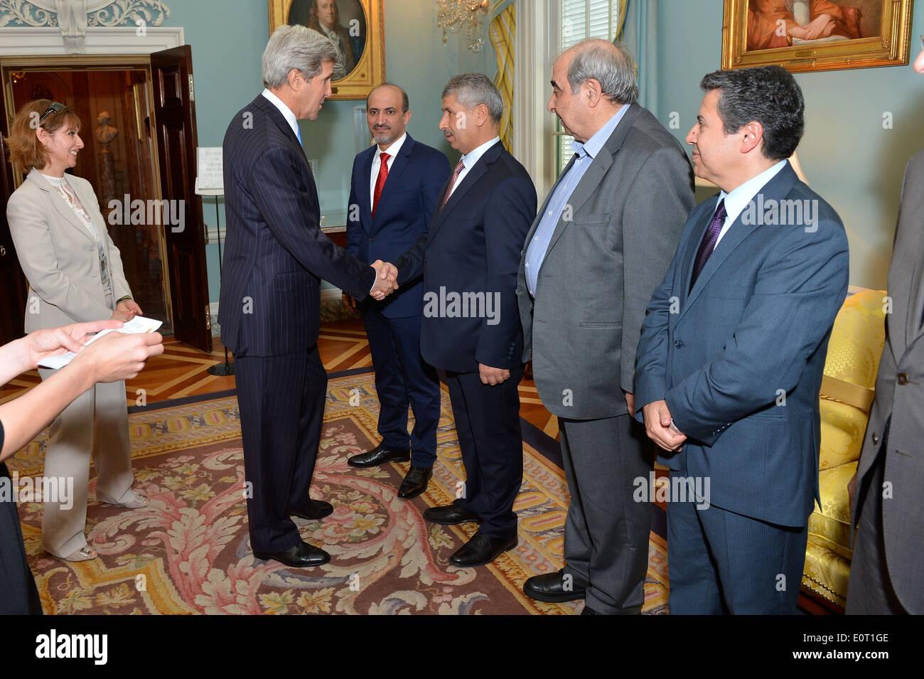 Kerry secrétaire se félicite les membres de la Coalition de l'opposition syrienne Photo Stock