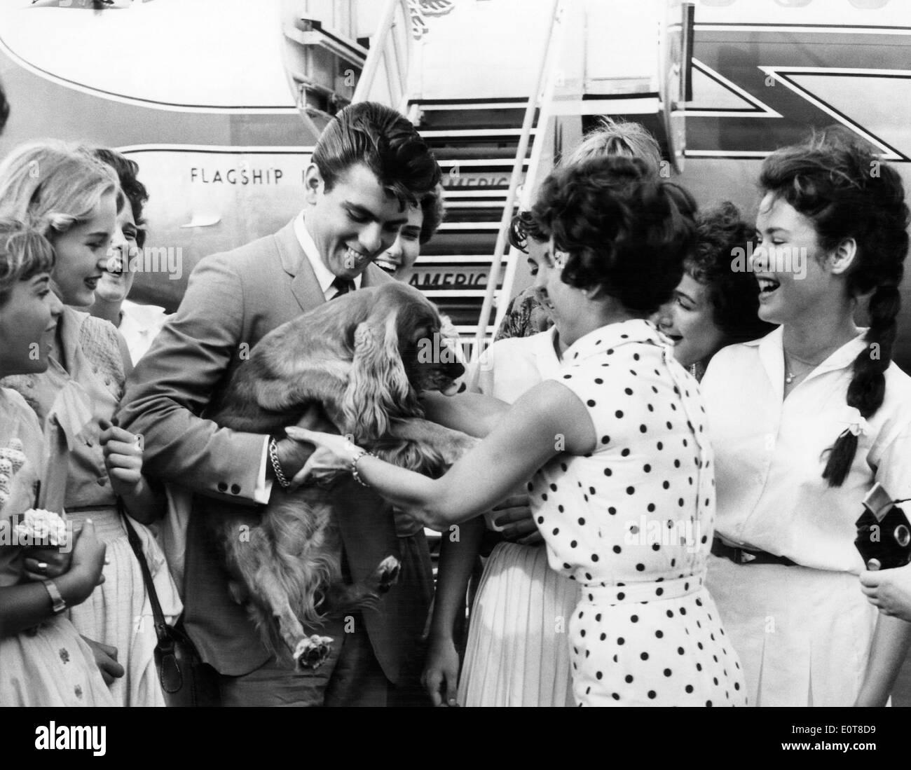 Fabian avec son chien, Sam, être accueilli par des fans à l'aéroport, New York City, USA, 1959 Photo Stock