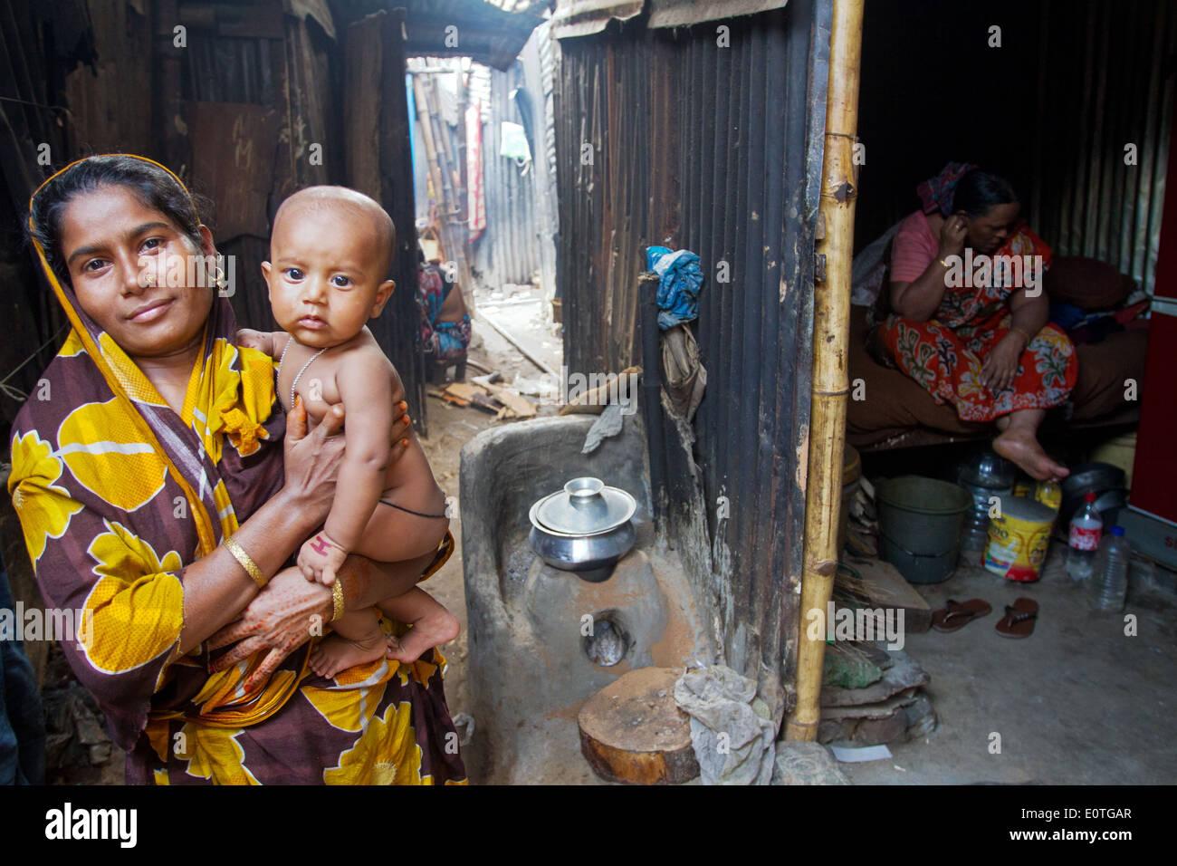 Les gens du Bangladesh dans les bidonvilles de Dhaka partie vivant dans l'extrême pauvreté. Photo Stock