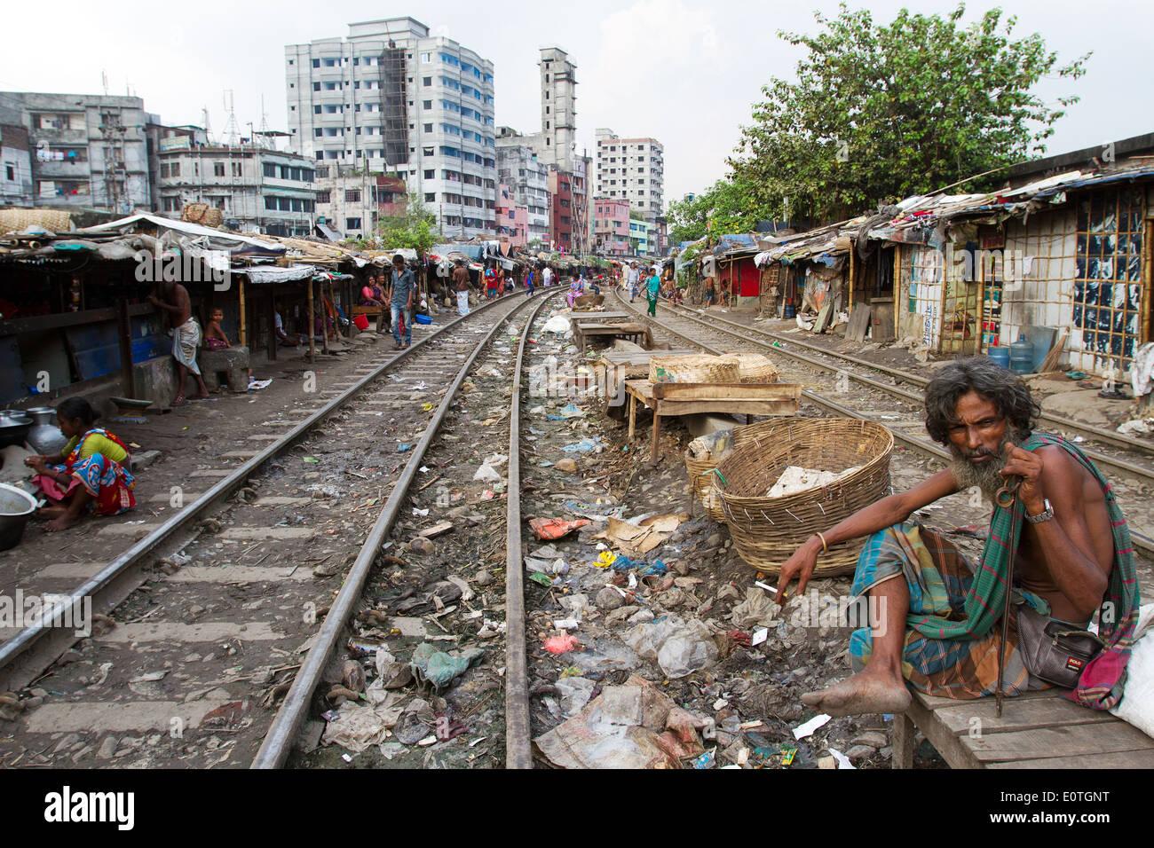 Les gens du Bangladesh dans les bidonvilles de Dhaka le long partie railroad vivant dans l'extrême pauvreté. Photo Stock