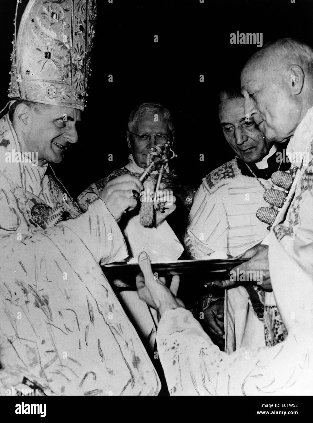 Le pape Paul Vl porte la tiare hat lors d'une révision Photo Stock