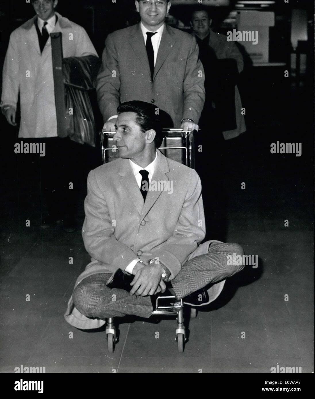 Mar  08, 1962 - Gilbert Bécaud photo de gauche Italie ce matin pour