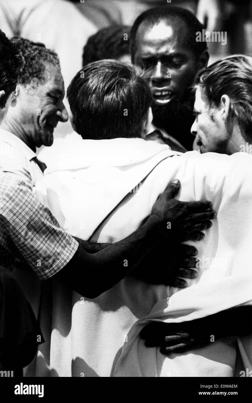 Les réfugiés cubains hug prêtre après un service Photo Stock