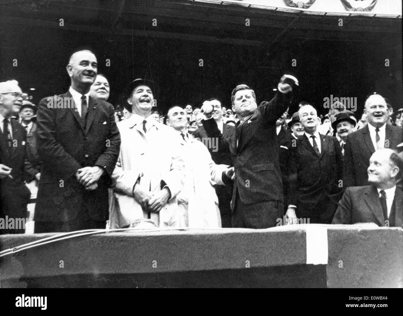 Le président Kennedy lance la première balle comme président Johnson watches Banque D'Images