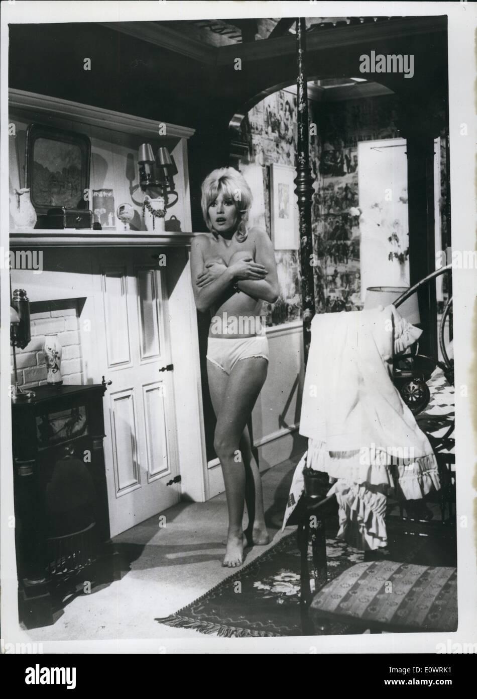 12 déc., 1963 - ''B.B.'' - l'Adorable Idiot:French Film Brigitte Bardot est toujours en train de filmer la ''Ravissante Idiots'' (l'Adorable Idiot) au studios de Billancourt en France. Dans le film, qui est en cours sous la direction d'Edouard Molinaro, Brigitte co-stars avec Anthony Perkins. Photo montre Brigitte dans une scène du film. Photo Stock