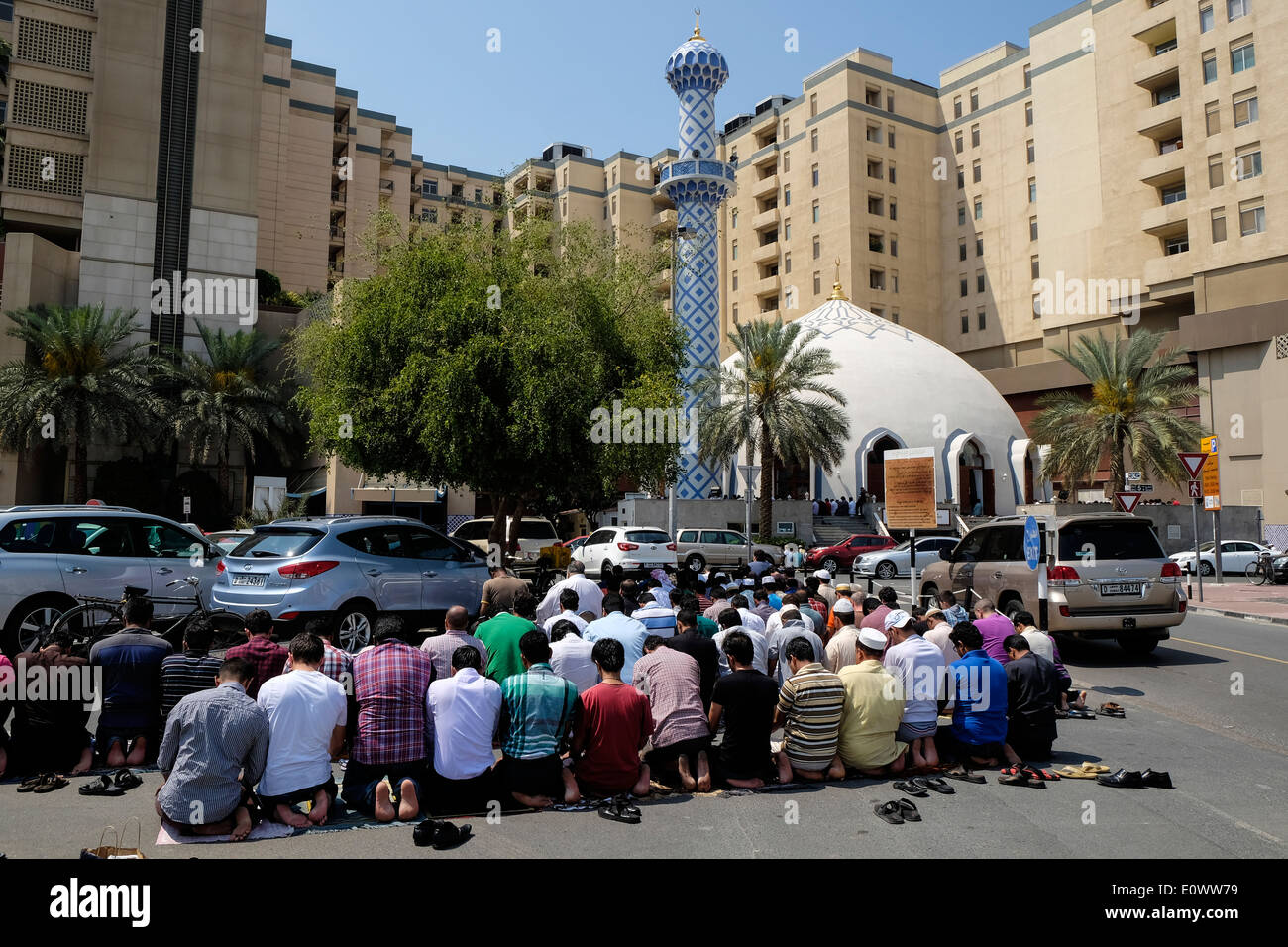 Beaucoup d'hommes prier le vendredi à la mosquée de l'extérieur du centre commercial Burjuman à Dubaï Émirats Arabes Unis Photo Stock