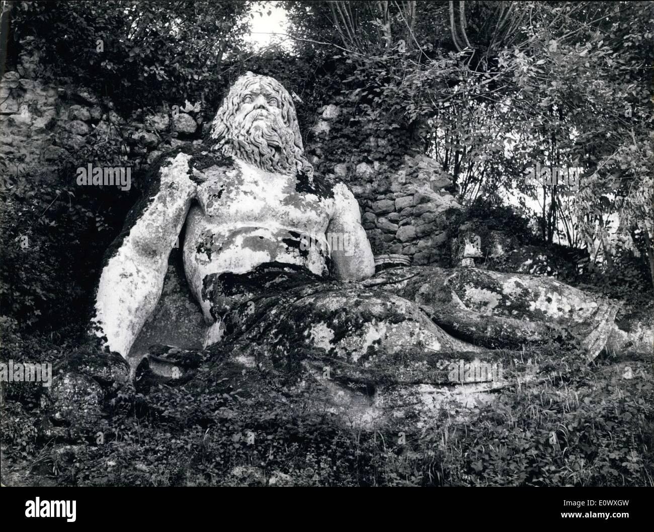 08 août, 1964 - Un mystère italien du 16ème siècle: les monstres peuplent Jardin de Bomarzo. A 50 km au nord de Rome, au-delà de la ville médiévale de Viterbe, qui occupe un creux profond juste sous le village de Bomarzo, se trouvent les restes d'un fanrtastic Centruy 16ème énigme, le jardin de Bomarzo, aussi connu comme le jardin de monstres. Les sculptures, qui sont les gens qu'il étrange et merveilleux que ce que l'on est susceptible de rencontrer n'importe où Photo Stock