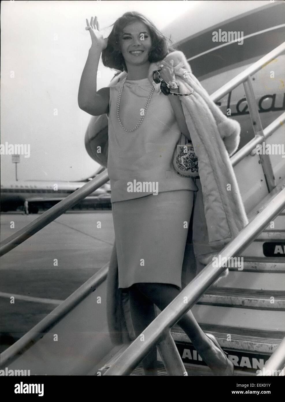 Septembre 09, 1964 - NATHALIE WOOD À STAR DANS UN FILM D'ÊTRE FABRIQUÉ EN EUROPE POUR LA PREMIÈRE FOIS, NATHALIE WOOD, DU ''WEST SIDE STORY'' LA GLOIRE, VA JOUER DANS UN FILM À ÊTRE FABRIQUÉ EN EUROPE. OPS: NATHALIE WOOD PHOTOS SUR SON ARRIVÉE À L'aérodrome qu'aujourd'hui. Photo Stock
