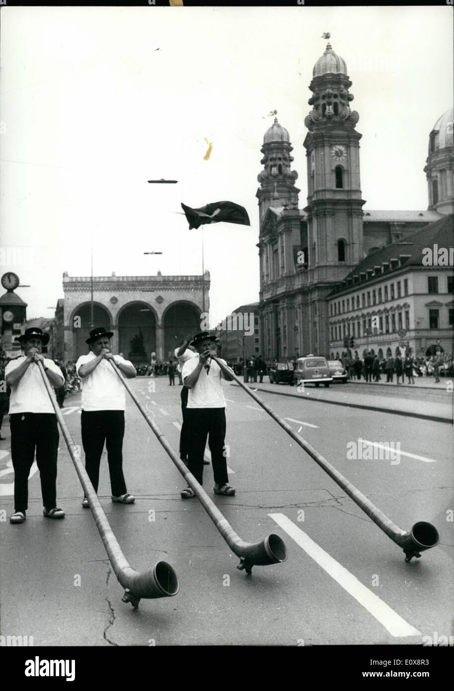 Septembre 09, 1965 - Folklore et le cortège de fusiliers de 131. ''Oktoberfest'': le folklore traditionnel et le cortège de fusiliers qui a eu lieu chaque année dans le cadre de la célèbre Oktoberfest'''' a attiré par la ville de Munich aujourd'hui. 1000 personnes ont passé des applaudissements pour le client et au fusil des groupes d'hommes qui venaient de l'allemand un autre pays étrangers. La photo montre la corne de montagne la soufflante. Photo Stock