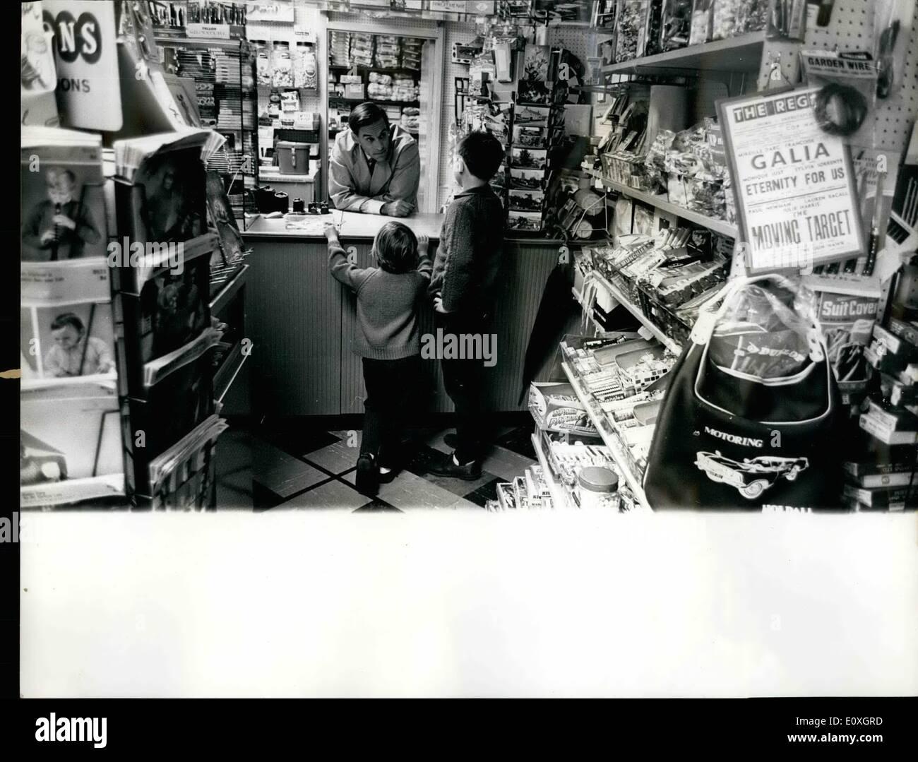 10 octobre 1966 - Jeremy Thorpe EST BON TOUR. L'ÉPICERIE DU VILLAGE PREND LE RELAIS POUR UNE SEMAINE. C'est l'une des bizarreries constitutionnelles de notre nation qui M P ne peut pas être sous-maîtres. Ainsi, bien que M. Jeremy Thorpe a pris plus d'un bureau de poste du village et des magasins pour une semaine, il n'est pas autorisé à vendre encore une licence pour chien. Au lieu de M. Thorpe, qui se trouve être le porte-parole du parti libéral sur le bureau de poste - doit être content avec la vente de chocolats et de sels du foie, jardin bêches et pantalons pour bébés. Photo Stock