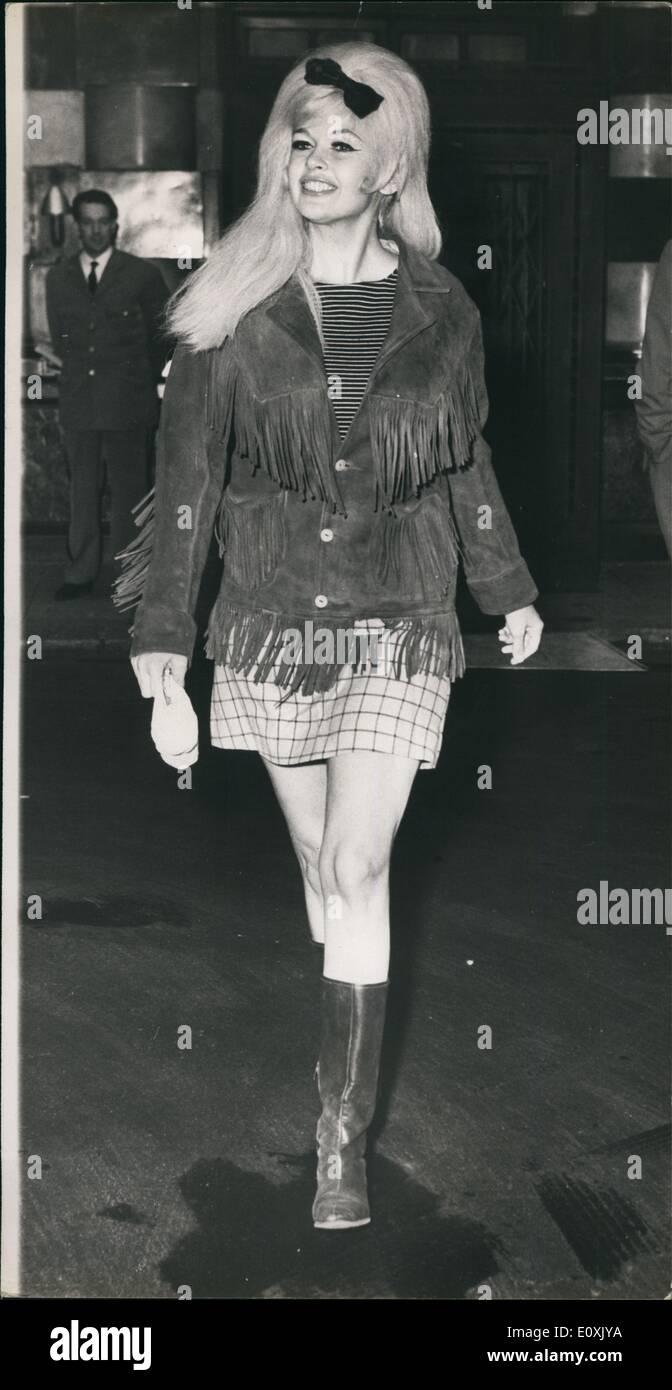 Mar. 03, 1967 - Jayne Mansfield à Londres : Photo présente Jayne Mansfield,  qui ont volé dans l'Angleterre d'hier pour un cabaret tour-est représenté  vêtu d'un costume de style occidental, comme elle