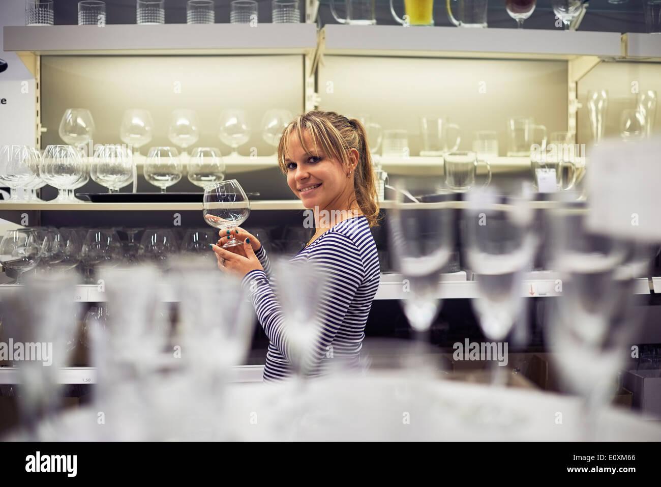 Young hispanic woman shopping pour les meubles, verres, vaisselle et décoration en magasin Photo Stock