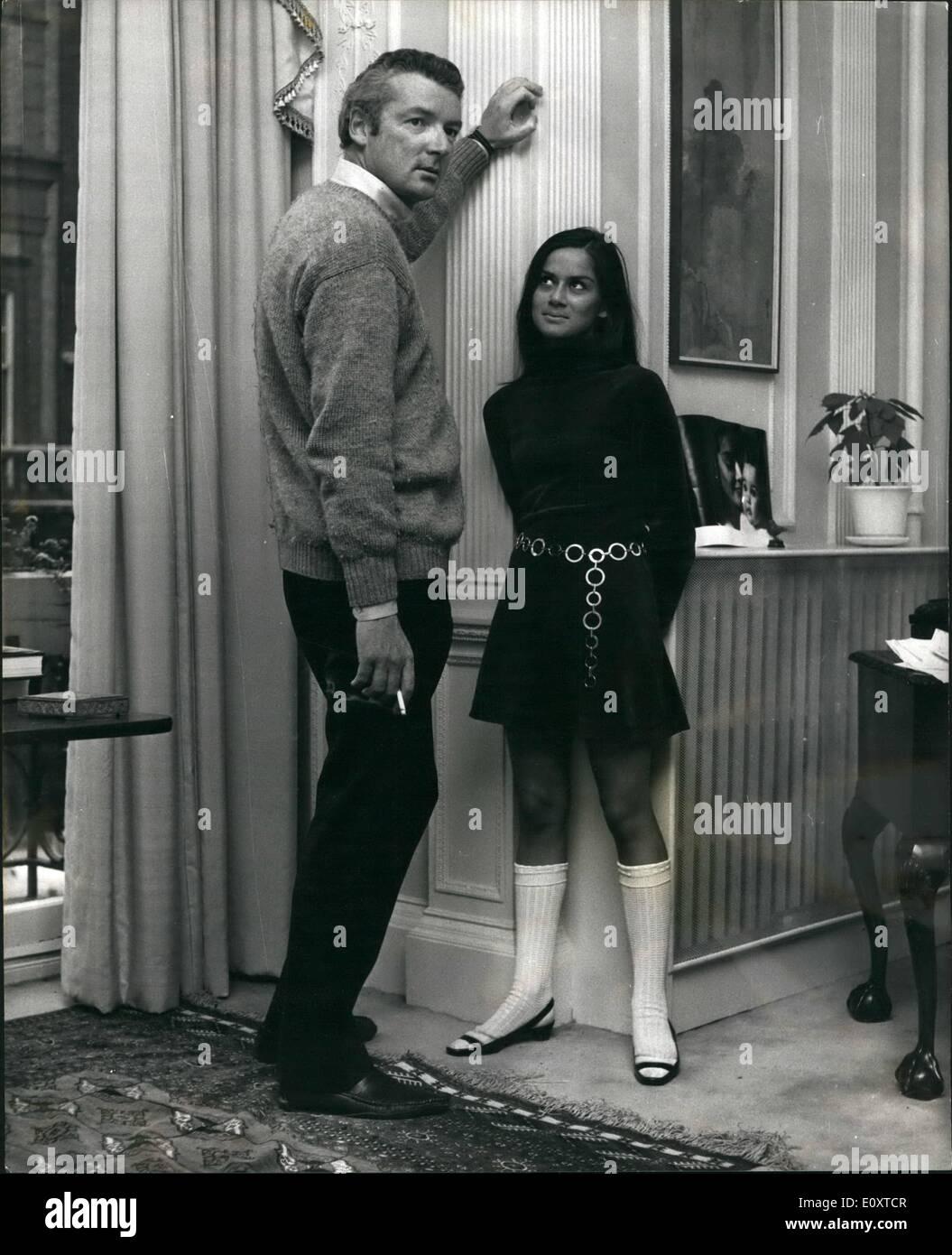 Septembre 09, 1967 - David Singer à se marier pour la troisième fois le producteur de films, 36 ans, David Singer, petit-fils de la machine à coudre tycoon, a annoncé qu'il est de se marier pour la troisième fois. Pourvu qu'il peut obtenir la preuve de son dernier divorce de Paris, il va épouser 25-year-old actress Heather Fleming à Caxton Hall. M. Singer, beau-fils du regretté Peter Cheyney, avait été mariée à Martine Waddington, petite-fille d'un ancien ambassadeur britannique à Paris, et Chantal Bouniol, une femme française. Photo montre:- Davis Singer avec son épouse-à-être, l'actrice Heather Fleming. Photo Stock