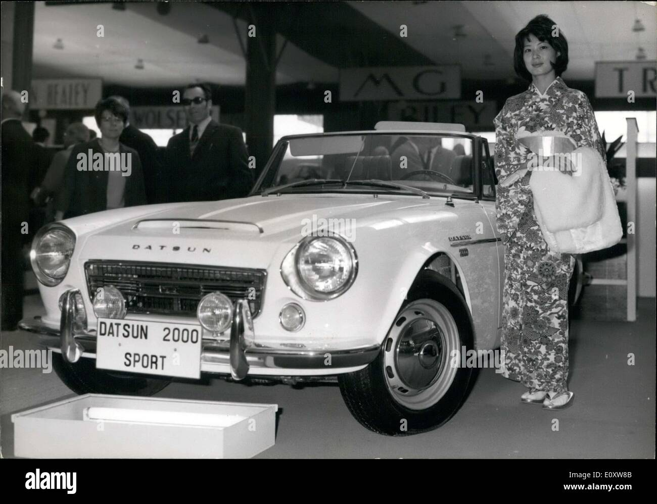05 octobre 1967 nouvelle voiture japonaise au salon de l 39 auto datsun sport 2000 banque d. Black Bedroom Furniture Sets. Home Design Ideas
