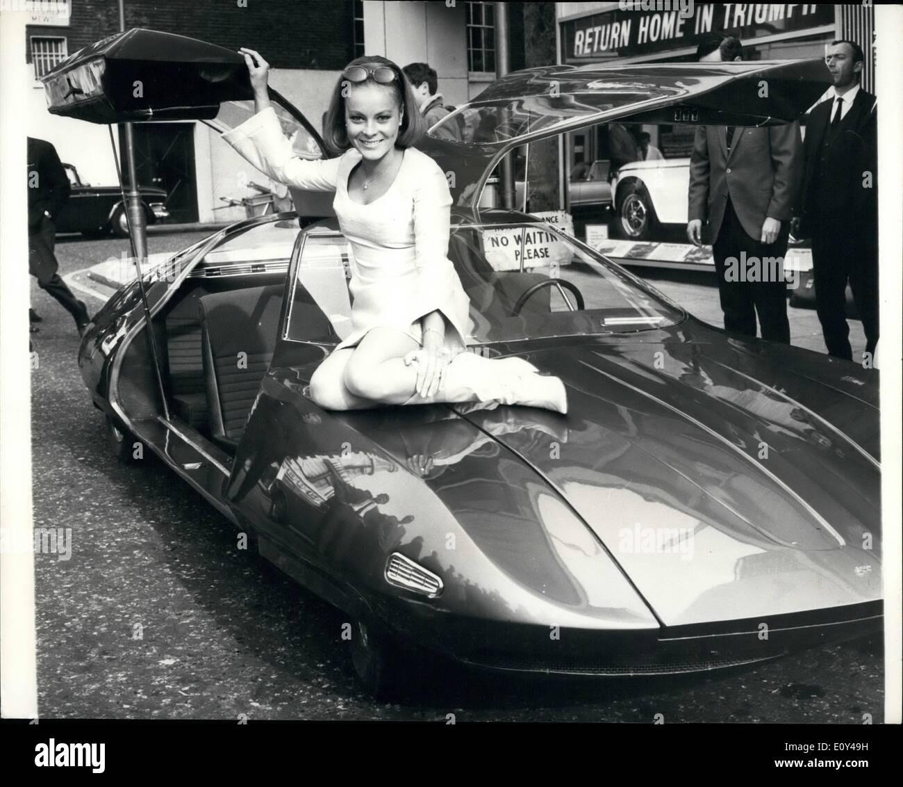 10 octobre 1968 - Graham Hill est un petit aperçu de la Doppelganger.: Race ace Graham Hill a tendance à nouveau et passionnant des voitures et à l'hôtel Hilton aujourd'hui il avait un aperçu de la voiture que vous ne verrez pas à l'automobile. C'est ce qu'on appelle le double et il en coûte plus de 10 000 £. Mais n'atteignent pas pour vérifier votre livre parce que vous ne pouvez pas acheter un. Le double a été construit spécialement pour le film Gerry Anderson de ce nom. C'est un espace d'exploration d'âge Ensemble de théâtre dans la dernière décennie du siècle avec Ian Hendry, Patrick Wymark, Leni von Friedl, Roy Thinnes et Lynn Loring Photo Stock
