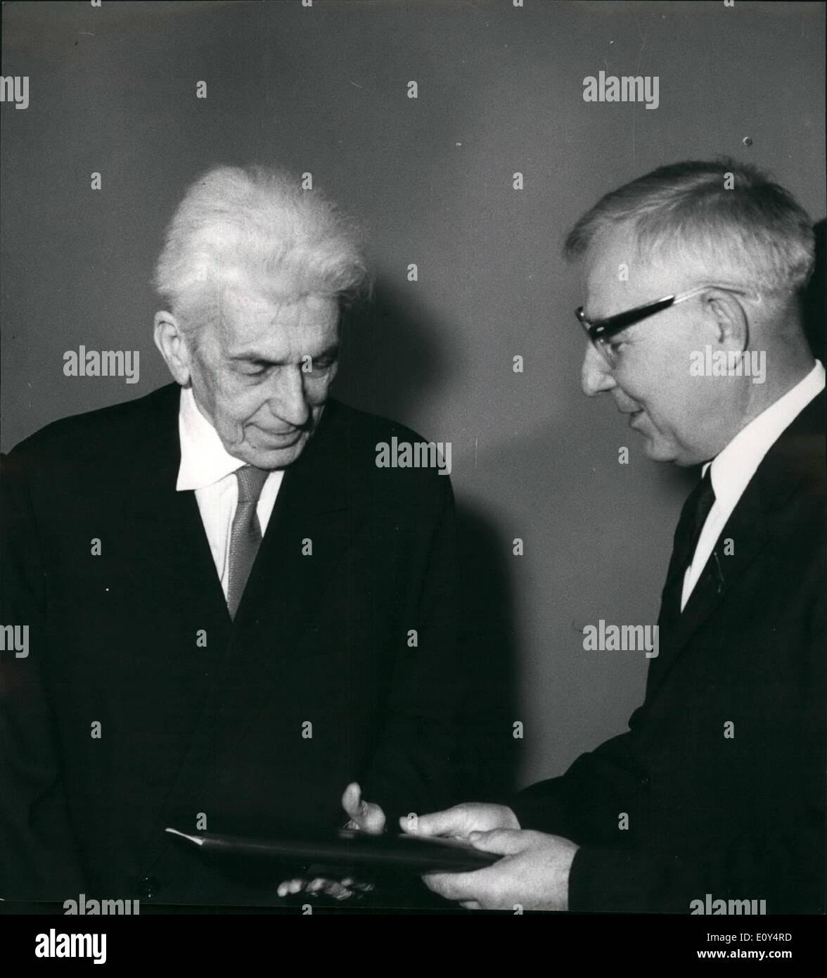 08 août 1968 - Le Dr Endre Sik, ancien ministre hongrois des Affaires étrangères, reçoit le Prix Lénine de la paix internationale à Budapest: le Dr Photo Stock