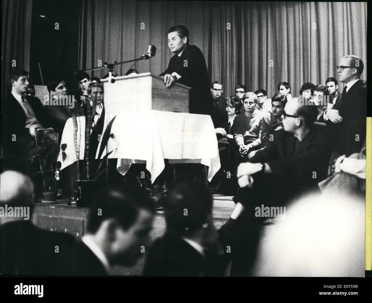 11 novembre 1968 - Ota Sik en exil en Suisse: Ministre de l'économie de l'Dubeck-gouvernement jusqu'à l'invasion de la forces Sowiet le 21 août, l'Ota Sik, professeur d'économie a décidé de ne pas retourner à la CSSR et maintenant a choisi la Suisse comme son exil. Ici il a l'intention de vivre et de travailler comme un homme privé, donnant à nouveau puis conférence et des séminaires dans différentes universités suisses. Jusqu'à nouveau il n'a pas demandé l'asile dans ce pays. Aussi il n'a pas été offert un poste de professeur, bien que différentes organisations étudiantes revendiquée pour elle Photo Stock