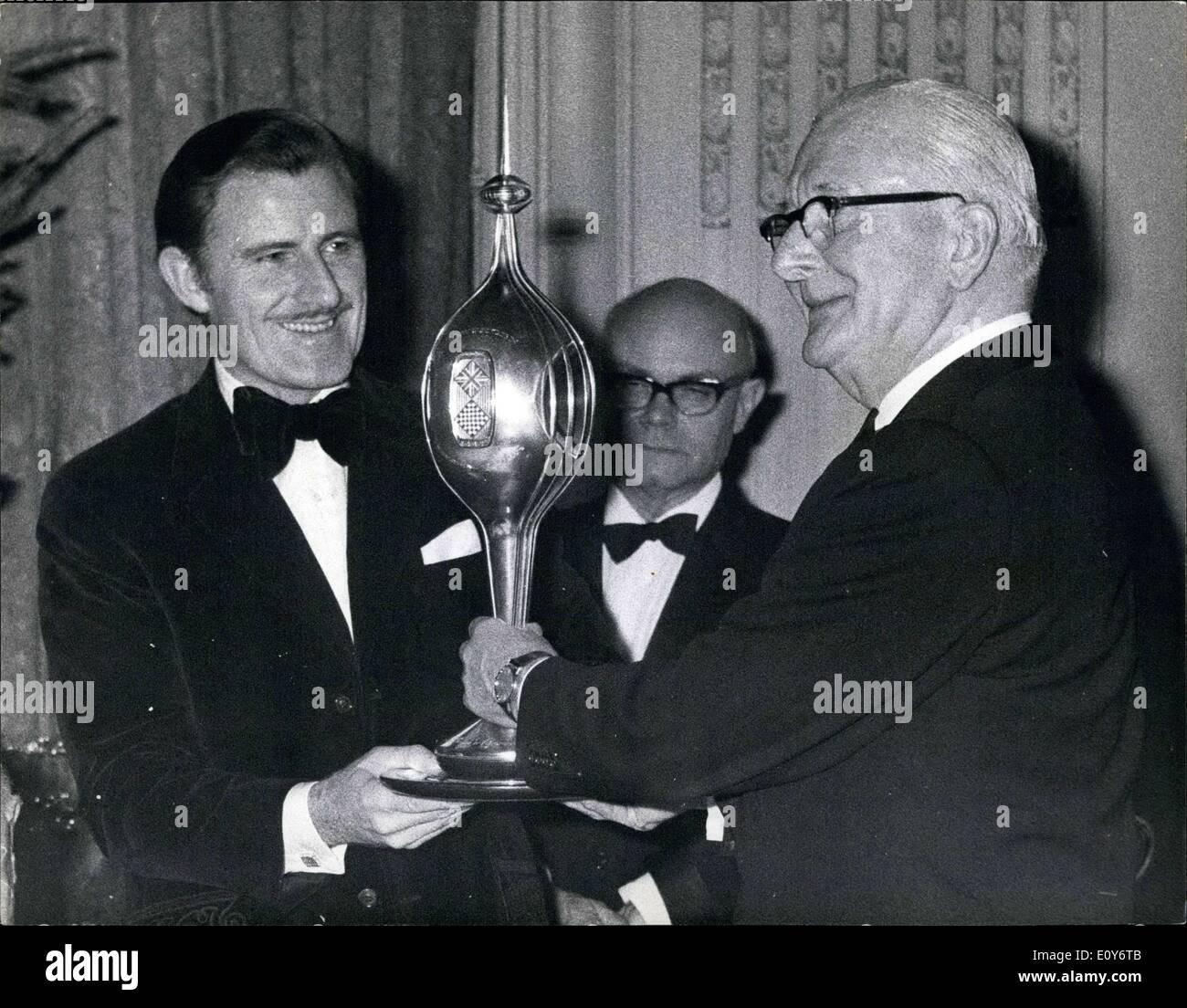 Le 12 décembre 1968 - Présentation du sport automobile 1968 pilote de course Prix Graham Hill a présenté avec deux trophées: La présentation de la 1968 Motor Sport Awards a eu lieu hier soir à un dîner organisé au Royal Automobile club, Pall Mall, London. Pilote de course britannique Graham Hill, a été présenté avec deux trophées - le trophée commémoratif Hawthorn (créé en 1959 par le R.A.C pour commémorer la mort de pilote de course Mike Hawthorn) - et la F.I.A. Trophée du Championnat du Monde Photo Stock