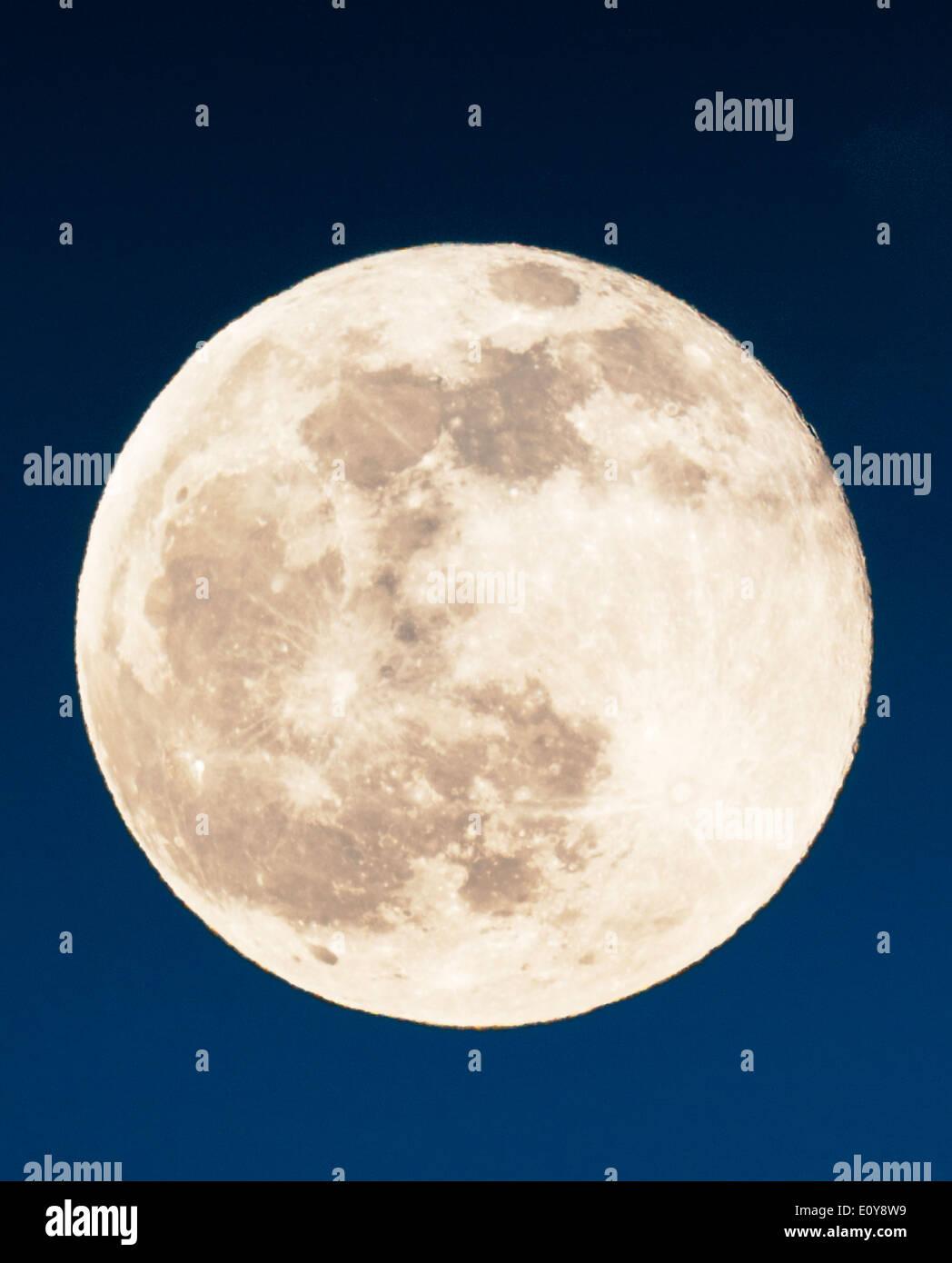 Pleine lune s'élève au-dessus de montagnes rocheuses, Salida, Colorado, USA Photo Stock