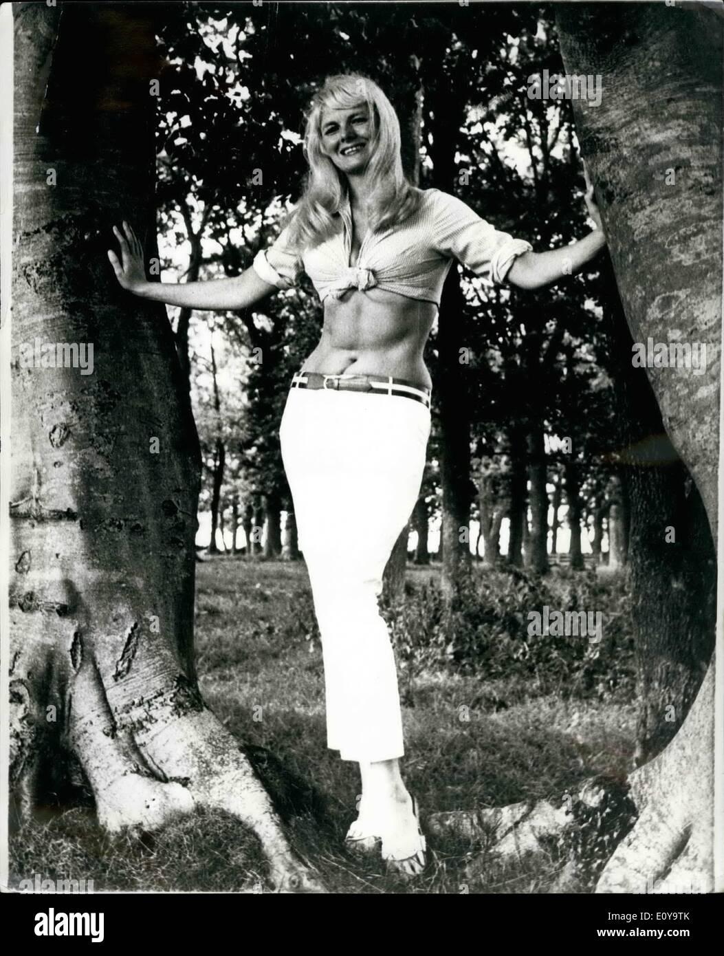 Septembre 09, 1969 - Vacances peut attendre: femme du fermier Ami Hodgson, ici, était prêt à aller à Majorque pour des vacances de deux semaines. L'avion et l'hôtel était complet et tous les dispositifs mis en place. Puis vint un appel téléphonique de la Télévision Transfrontière dans Carlisle demande si elle souhaite auditionner pour le travail d'hôtesse à un nouveau quiz show M. et Mme Ami, de la hauteur, Caldbeck (Cumberland) ont assisté à l'audition ainsi que d'une vingtaine d'autres jolies filles et quelques jours plus tard, il a été dit que la série de 26 semaines a été la sienne si elle désire qu'il Photo Stock