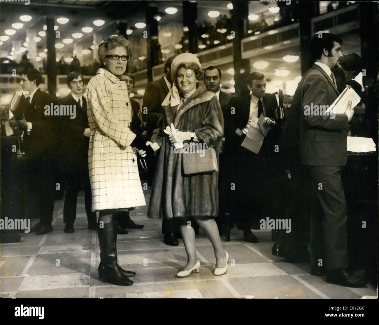 01 janvier 1970 - Femmes devient membres de LLyods: l'histoire a été faite aujourd'hui - Jour de l'An lorsque les 46 femmes qui ont été élues, devient officiellement membres de la Lloyds, la plus grande société d'assurance. Photo: Mme Margery Hurst, président de la commune de Brook Street, Mayfair vu tenant son premier glissement - délais d'aujourd'hui à la Lloyds. Photo Stock