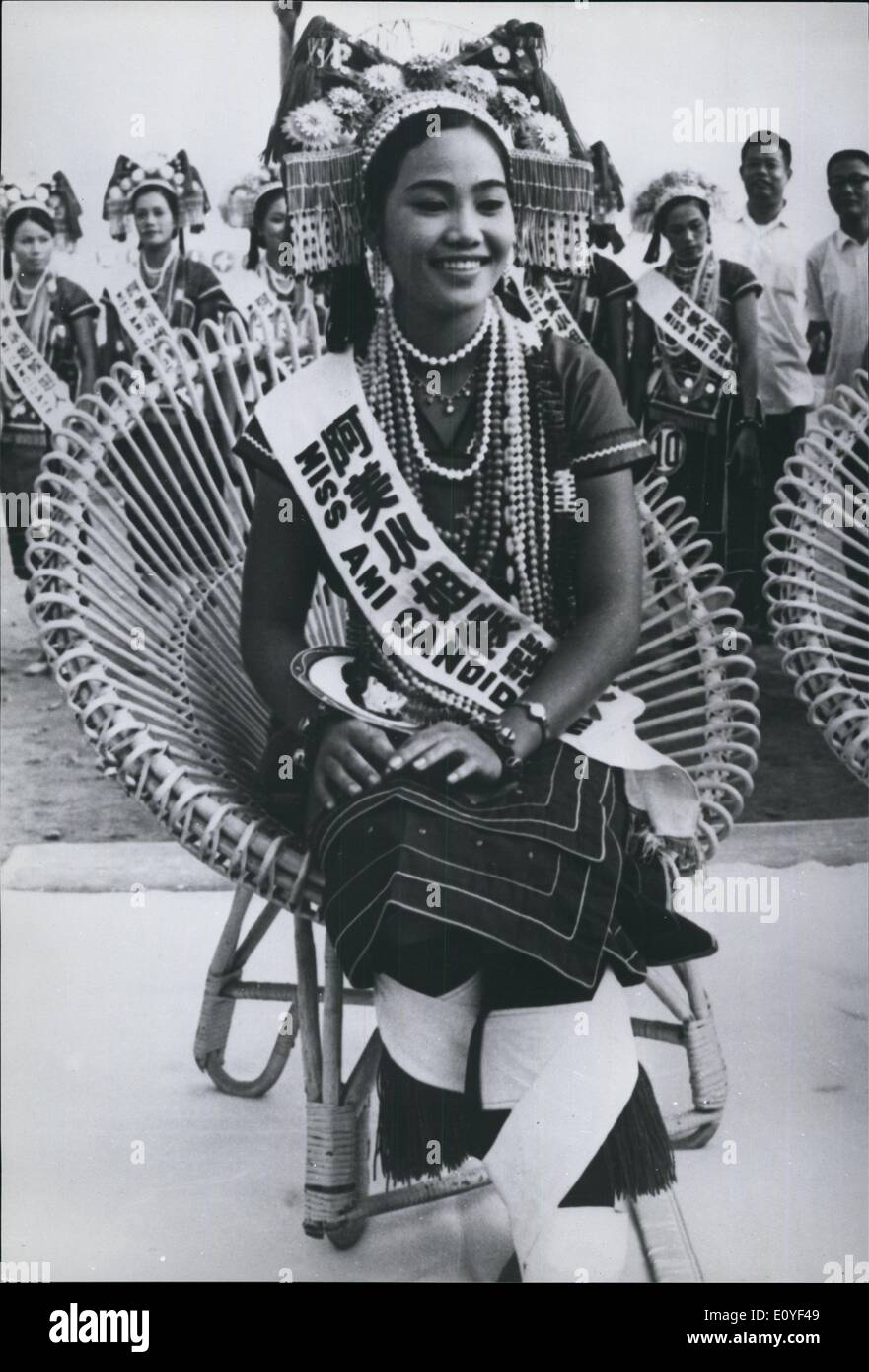 1 janvier, 1970 - reine de beauté autochtones.: La tribu dans Hulaien Ami autochtones de l'Est, Taïwan a choisi joli Yueh-Shu yuan comme leur ''queen'', lors de leur Festival d'Bumoer la récolte. L'Ami's ont une population de 70 000 et une histoire d'environ 700 ans. La photo montre l'Ami tribe frist beauty queen , Yueh-Shu yuen dans sa robe tribal. Photo Stock