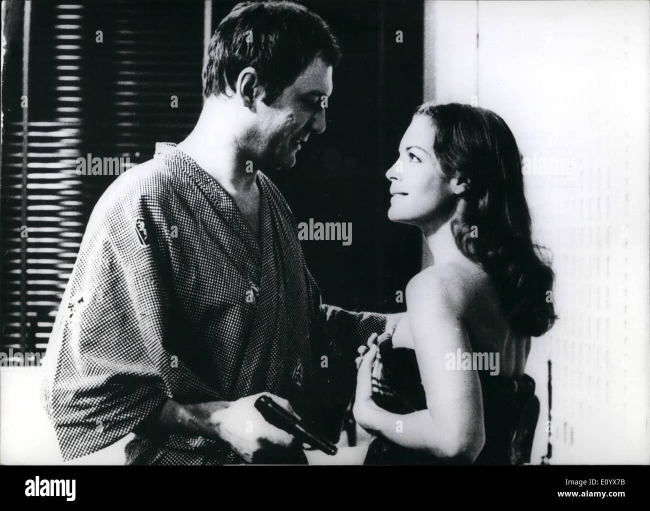 Septembre 09, 1971 - NOUVEAU THRILLER-PLOMB POUR Romy SCHNEIDER: ''l'amour de l'autre''... ....Est le titre d'un nouveau film, une production italo-, dans lequel Rom Schneider joue un partie de chargement. Elle agit d'une jeune femme, qui est accusé d'avoir tué son amant. Le frère de la victime, qui est également amoureux de la jeune fille, essaye de découvrir la vérité sur la mort. Le film se termine par une clarification très surprenant. ''L'amour de l'autre'' est réalisé par Léonard Keigel. Ops.: Romy Schneider comme Marina avec ''l'autre'', Maurice Ronet que Serge. Photo Stock