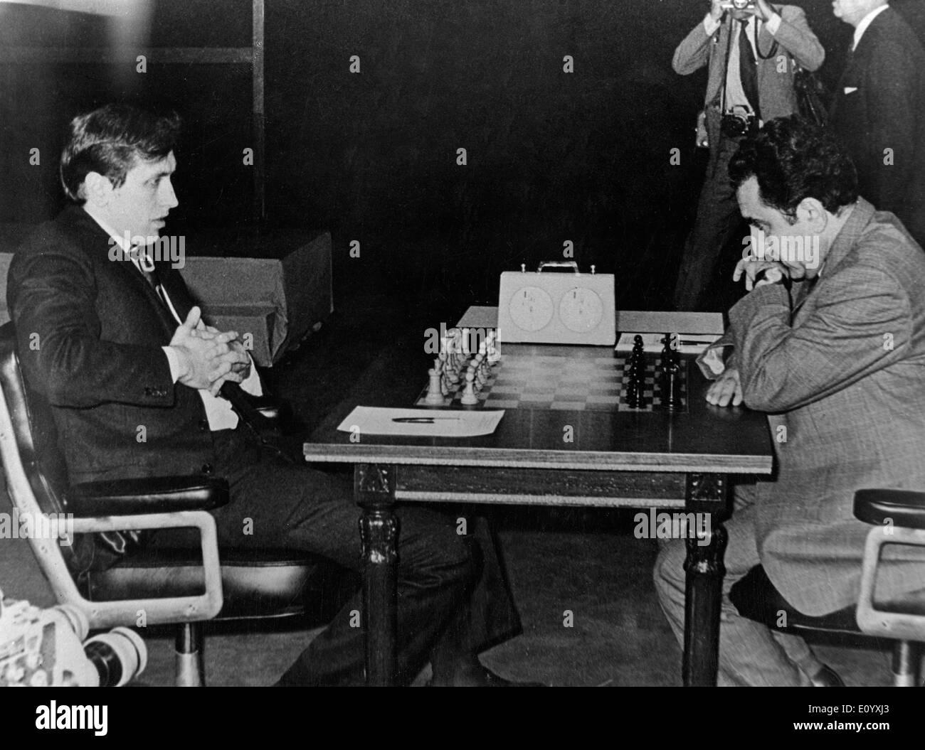 30 septembre 1971 - Buenos Aires, Argentine - ancien champion du monde d'échecs Bobby Fischer, (Mar 9th, 1943 - Jan 17, 2008) né à Chicago, Robert James Fischer est décédé d'une maladie non précisée en Islande à 64 ans. Il est devenu un champion d'échecs américain à 14 et puis le plus jeune grand maître un an plus tard. En 1972, à Helsinki, Fischer a 24 ans de domination soviétique en battant Boris Spassky, et a remporté un championnat du monde. Il a perdu la couronne du monde d'échecs en 1975 après avoir refusé de jouer contre son rival soviétique Anatoly Karpov Banque D'Images