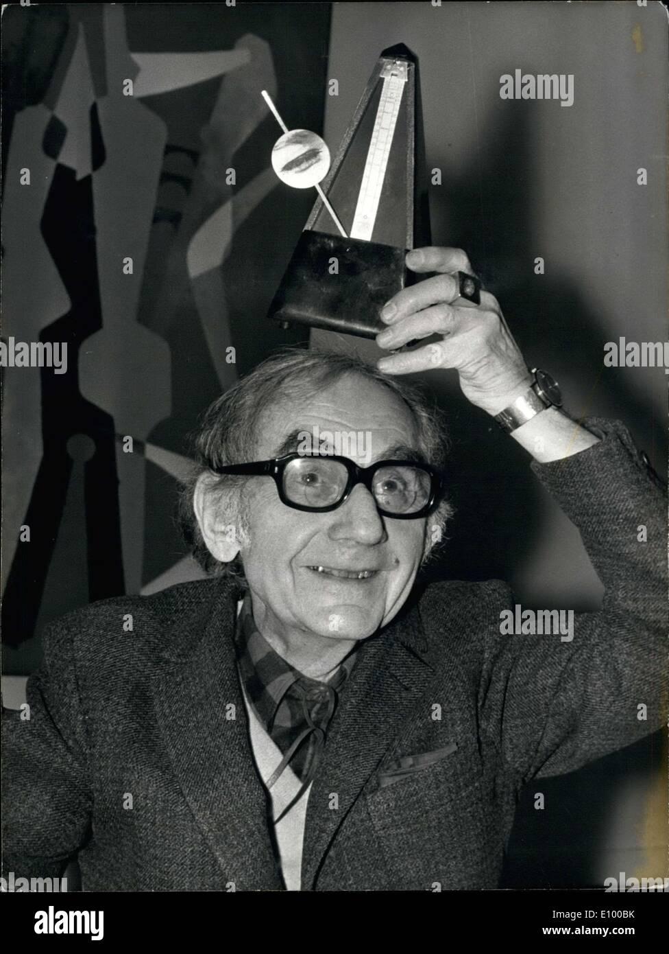 06 janvier 1972 - Man Ray présente ses ''objet indestructible,'' un métronome avec un œil qui change, au Musée d'Art Moderne de Paris. Photo Stock