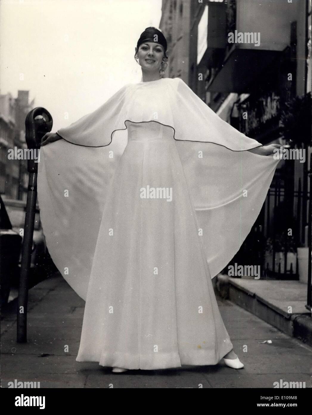 10, 1970 - Christian Dior - Londres Collection de printemps. Photo montre 020bec77aa3
