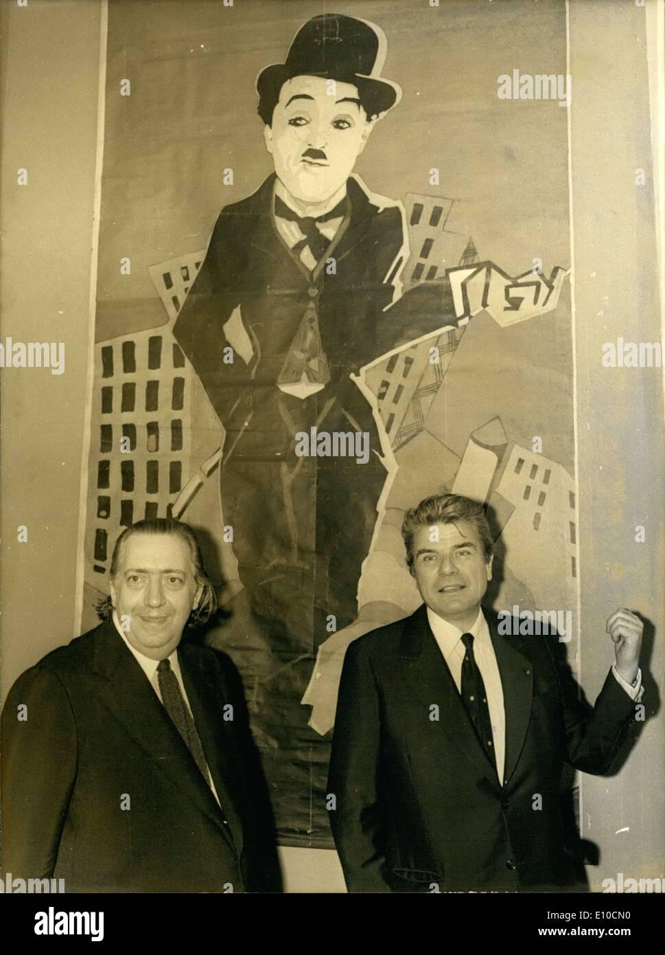 Juin 14, 1972 - L'inauguration de l'exposition ''trois quarts de siècle d'Film-Making'' a eu lieu aujourd'hui en présence de M. Hubert de Villez, Président de l'Institut du cinéma français, M. Henri Langlois, directeur, et M. Jacques Duhamel, ministre des Affaires culturelles. M. Henri Langlois (à gauche) et M. Jacques Duhamel ont été photographiés devant un poster géant de ''Charlot' Photo Stock