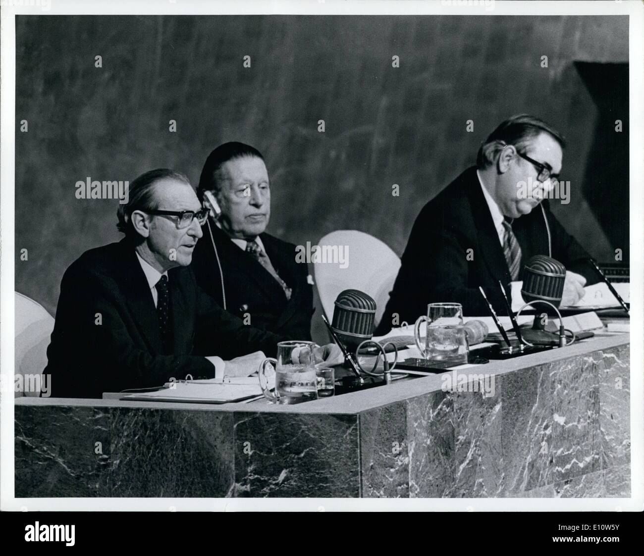 Avril 04, 1974 - L'Assemblée générale commence Session spéciale sur les matières premières et le développement l'Assemblée générale a ouvert sa sixième session extraordinaire, qui a été appelé, à la demande de l'Algérie, d'étudier les problèmes de matières premières et le développement. Leopold Benites (Équateur), Président de la vingt-huitième session ordinaire de l'Assemblée, a été élu par acclamation Président de la session extraordinaire, et un comité spécial a été créé. Secrétaire général Kurt Waldheim s'adressant à l'Assemblée Photo Stock
