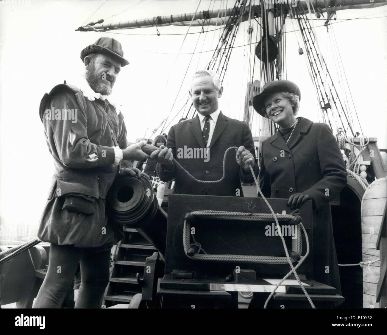 08 août 1974 - P.L.A. Directeur général tient Golden Hinde ''God speed'' pour son voyage à travers l'Atlantique: trois jours avant Photo Stock