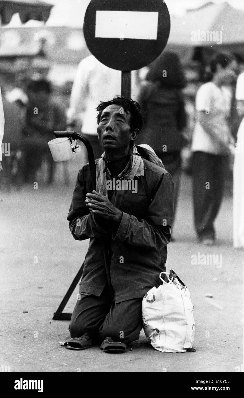 L'homme prie dans street vietnamiens Banque D'Images