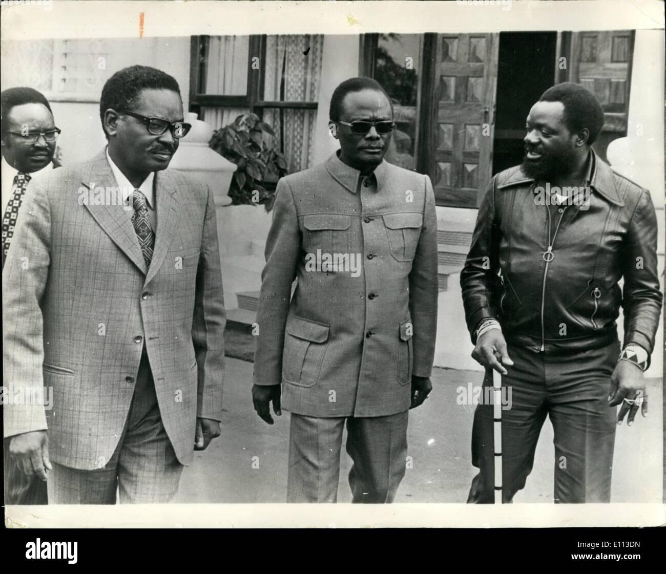 Juillet 07, 1975: la guerre civile menace l'Angola: l'Angola est maintenant au bord de la guerre civile les réfugiés fuient comme les groupes rivaux intensifier les combats dans les rues de la capitale en Luands où il est rapporté que les troupes du mouvement populaire marxiste (M.P.L.A.) a chassé les troupes du Front National (F.N.L.A.). À l'heure actuelle, le M.P.L.A. F.N.L.A. et le partage du pouvoir avec un troisième mouvement national de l'UNITA. La photo montre les trois dirigeants nationaux, photographiés ensemble à Mombasa, en janvier dernier, lorsqu'ils se sont réunis pour former un front commun pour l'indépendance en novembre. L-R M. Neto, (MPLA), le Dr Photo Stock