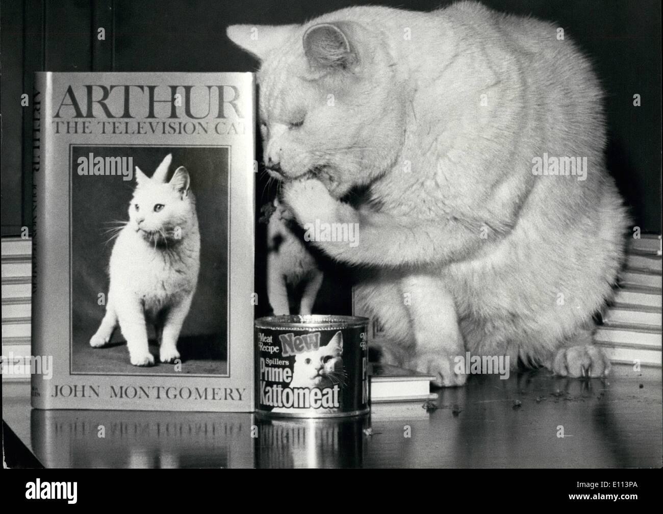 10 octobre 1975 - Arthur Le Chat de télévision publie un livre sur l'histoire de sa Liife: Arthur le célèbre chat de la télévision aujourd'hui ajouté une autre réalisation à son histoire de succès. Il a juste eu l'histoire de sa vie et publié aujourd'hui, il était présent à ''signer'' cxalled copies Arthur - le chat, la télévision publié par W.H. Allen, et écrit par John Montgomery, Arthur qui devenu célèbre parce qu'elle utilise sa patte à ramasser des aliments provenant d'un cat-tin , a fait entreposer que 30 films de télévision, et il y a des T-shirts et des serviettes avec sa photo sur eux. En 1968, il fait sensation lorsqu'il a été enlevé Photo Stock
