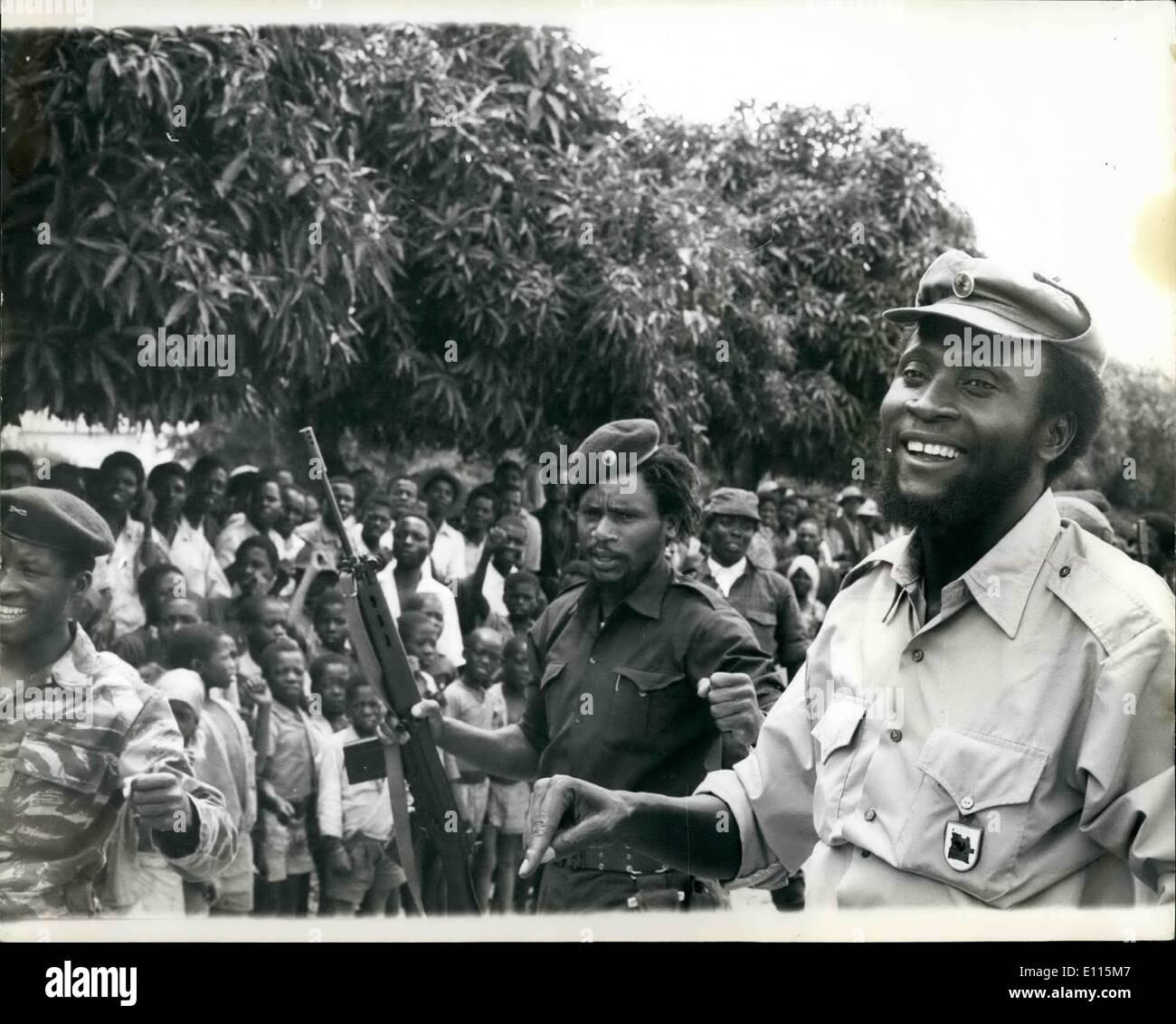 01 janvier 1976 - La ligne de défense de l'Unita brisé: Le peuple cubain-M.P.L.A. led Angelan le revendications des forces canadiennes ont brisé par une défense de l'UNITA et a ouvert la route de 100 milles au sud de mettre en danger le capital politique de l'Unita de Huambo. Photo montre: le Colonel Samuel Chiwale. Commandant en chef des Forces armées de l'Unita vu bénéficiant d'une blague avec certains de ses troupes près de la ligne de front. Photo Stock