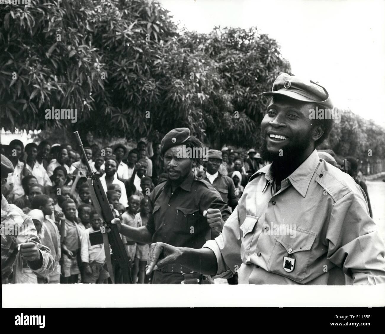01 janvier 1976 - La ligne de défense de l'Unita brisé: Le peuple cubain-M.P.L.A. led Angelan le revendications des forces canadiennes ont brisé par une défense de l'Unita et a ouvert le 100 km sud lire de mettre en danger la capitale politique de l'Unita Huambo.Photo montre le Colonel Samuel Chiwale, commandant en chef des Forces armées de l'Unita vu bénéficiant d'une blague avec certains de ses troupes près de la ligne de front. Photo Stock