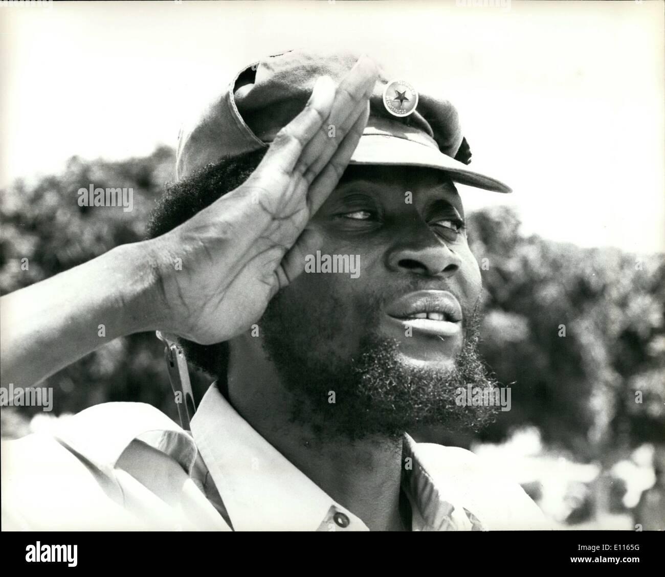 01 janvier 1976 - La ligne de défense de l'Unita brisé: Le peuple cubain-M.P.L.A. led Angelan le revendications des forces canadiennes ont brisé par une défense de l'Unita et a ouvert le 100 km sud lire de mettre en danger la capitale politique de l'Unita Huambo.Photo montre le Colonel Samuel Chiwale, commandant en chef des Forces armées de l'UNITA, reçoit le salut au cours d'un examen de sa troupe~ à 50 kilomètres au nord de Luso. Photo Stock