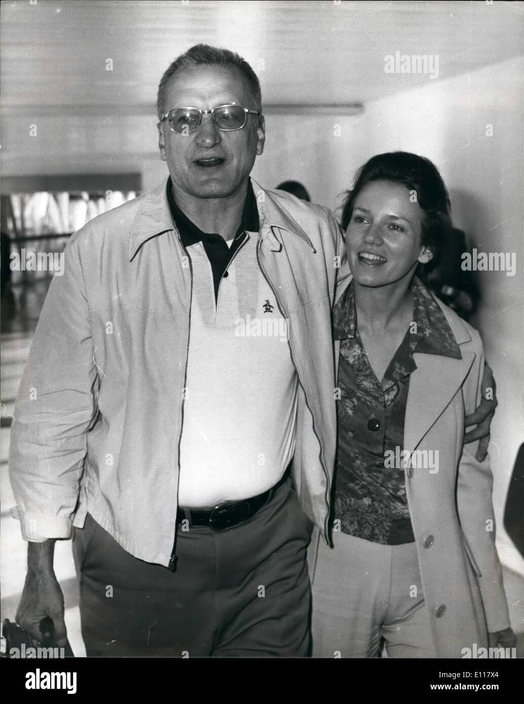Avril 04, 1976 - La Belle et la bête arrivent de Los Angeles: Hollywood star, George C. Scott et sa femme actrice, Trish Van Dervere ont volé dans l'aéroport de Heathrow, aujourd'hui à partir de Los Angeles et a révélé qu'ils sont d'étoiles ensemble dans un film d'être fabriqués en Angleterre., fondée sur l'ancien conte de fées. La belle et la Bête, légèrement modifiée afin qu'elle soit une histoire d'amour. a déclaré M. Scott: ''naturellement, je suis la bête et ma femme la Beauté''. Ils en sont à leur première visite à Londres pendant cinq ans. Photo montre George C. Scott et sa femme Trish à leur arrivée à l'aéroport d'Heathrow d'aujourd'hui. Photo Stock