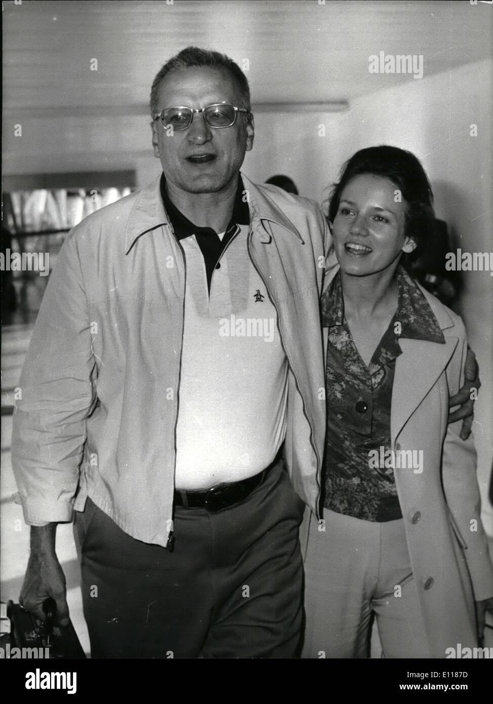 Avril 04, 1976 - La Belle et la Bête arrivent de Los Angeles. Hollywood star George C. Scott et sa femme actrice, Trish Van Dervere ont volé dans l'aéroport de Heathrow, aujourd'hui à partir de Los Angeles et a révélé qu'ils sont d'étoiles ensemble dans un film d'être fabriqué en Angleterre, fondée sur l'ancien conte de fées, La Belle et la Bête, légèrement modifiée afin qu'elle soit mature histoire d'amour. M. Scott a dit: ''naturellement, je suis la bête et ma femme la Beauté''. Ils en sont à leur première visite à Londres pendant cinq ans. Photo: George C. Scott et sa femme Trish à leur arrivée à l'aéroport d'Heathrow d'aujourd'hui. Photo Stock
