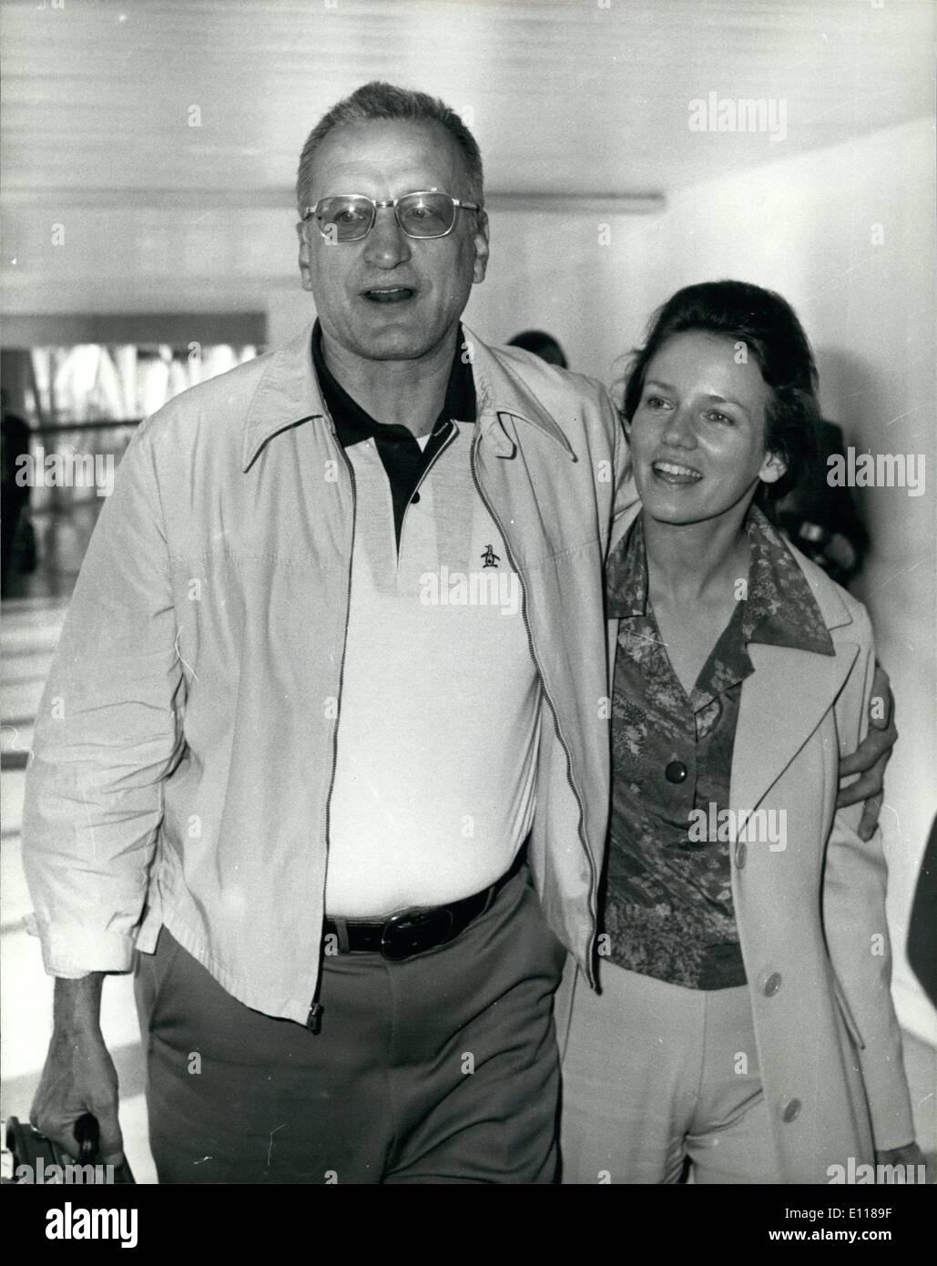 Avril 04, 1976 - La Belle et la Bête arrivent de Los Angeles: Hollywood star, George C. Scott et sa femme actrice, Trish Van Dervere ont volé dans l'aéroport de Heathrow, aujourd'hui à partir de Los Angeles et a révélé qu'ils sont d'étoiles ensemble dans un film d'être fabriqué en Angleterre, fondée sur l'ancien conte de fées. La belle et la Bête, légèrement modifiée afin qu'elle soit une histoire d'amour. M. Scott a dit: ''naturellement, je suis la bête et ma femme la Beauté''. Ils en sont à leur première visite à Londres pendant cinq ans. Photo montre George C. Scott et sa femme Trish à leur arrivée à l'aéroport d'Heathrow d'aujourd'hui. Photo Stock