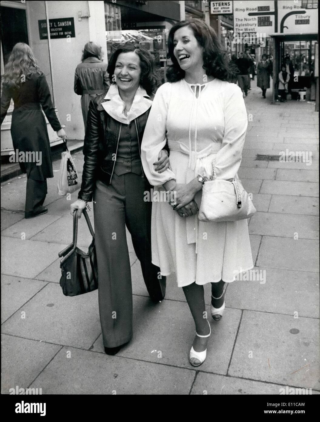 Septembre 09, 1976 - femmes leaders du mouvement Gens de Paix à Belfast aller faire du shopping dans le West end: Betty Williams et Maired Corrigan, les architectes en chef du mouvement de la paix nouvellement formé à Belfast- étaient ensemble pour la première fois à Londres aujourd'hui, une interview exclusive on Thames Television pour parler de leurs tentatives de mettre un terme aux sept années de violance qui a fait havec dans leur patrie. Après l'entrevue, ils sont allés dans les magasins du West end, et ils ont dit combien il était agréable de gos dans et hors de la boutique sans être fouillé beaucoup de temps Photo Stock